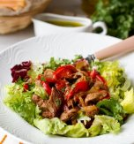 Warm salad with piquant beef and bell pepper