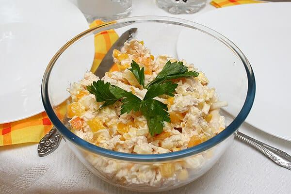 salat-iz-ananasa-s-kuricej