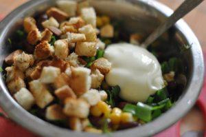 salat_s_suharikami_i_kukuruzoy4