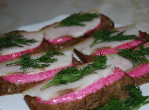 Spicy Ukrainian appetizer – bread with salo and horseradish