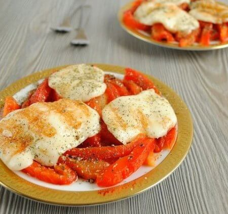 Roasted cheese, bell pepper and tomato salad