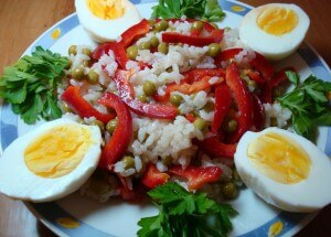 Pepper, green peas and rice salad