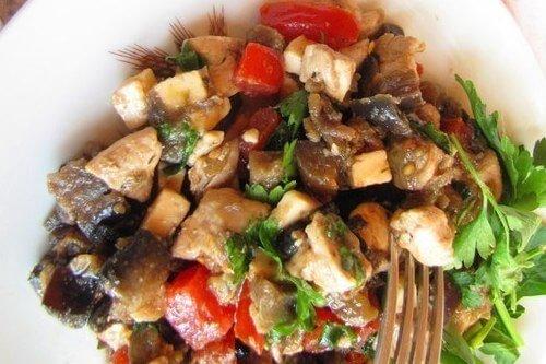salat-zakuska-iz-kuricy-baklazhanov-i-pomidor