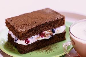 Sponge cake with currants