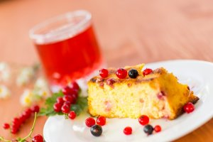 Cheese cake with red currants