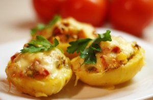Potatoes stuffed with smoked chicken and vegetables