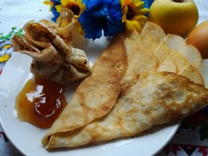 Pancakes with apple and cinnamon