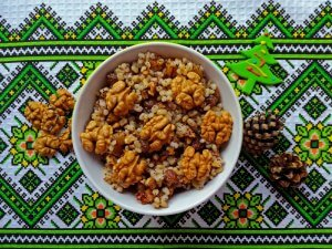 Sweet grain pudding with honey and walnuts