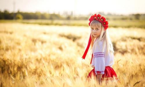 ukraina-ukrainka-devochka-pole